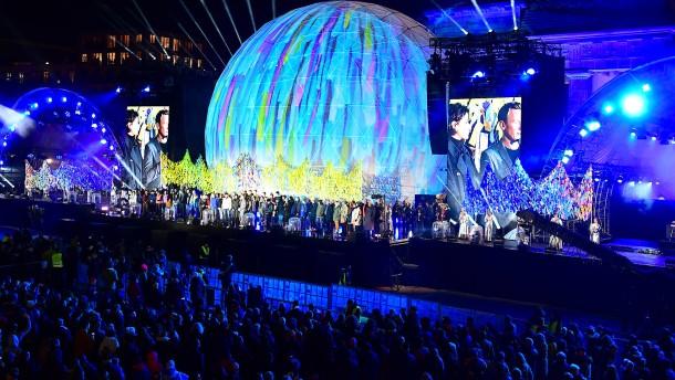 Tausende Menschen feiern am Brandenburger Tor