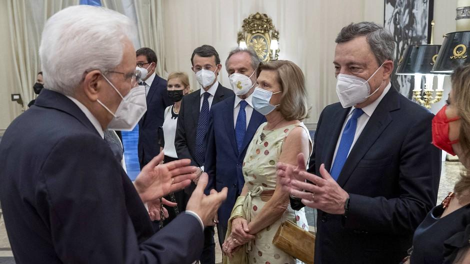 Will Mario Draghi (r.) Nachfolger von Präsident Sergio Mattarella (l.) werden? Italiens Regierungschef und sein Präsident am Donnerstag in Rom