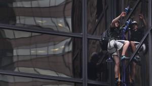 Trump-Fan klettert Fassade des Trump Towers empor