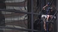 Mann klettert Trump Tower mit Saugnäpfen hoch