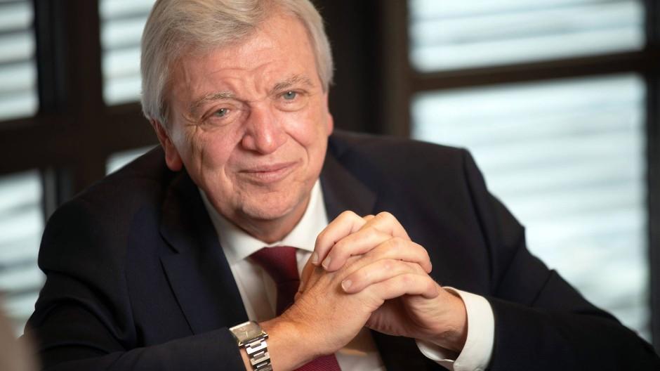 Volker Bouffier warnt vor einer Abwägung zwischen wirtschaftlichen Interessen und Gesundheitsschutz bei der Corona-Pandemie.