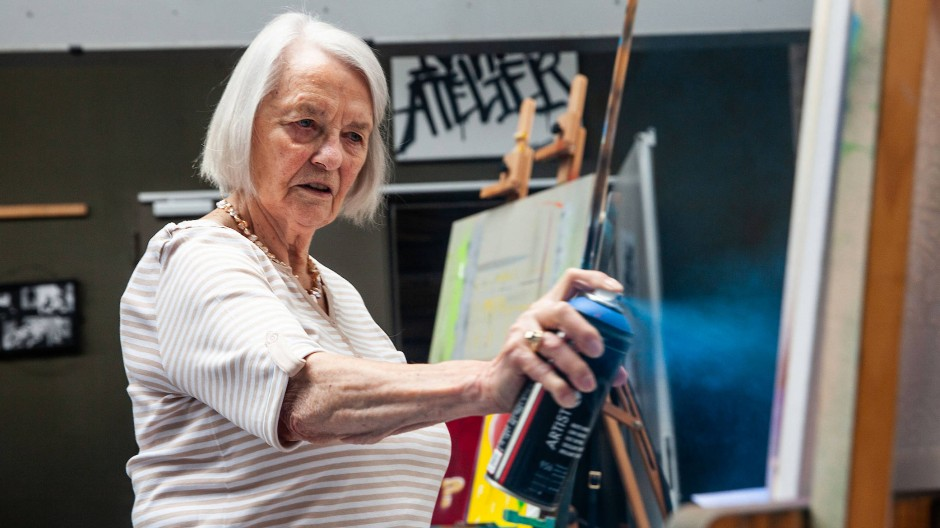 Verpönte Ausdrucksform: Karin Pfautsch sprayt in einer Halle ihr Bild.