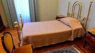 Trotz allem Prunk asketisch schmal: Das Bett der Päpste in der Sommerresidenz.