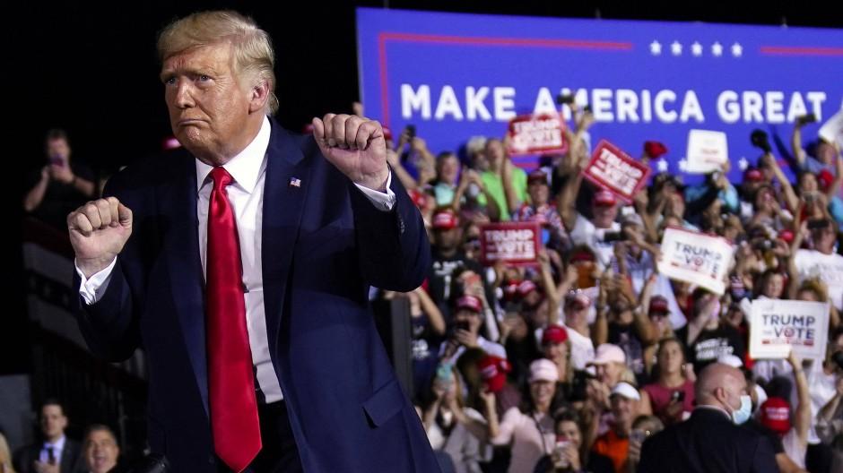 Donald Trump tanzt auf einer Wahlkampfveranstaltung auf dem internationalen Flughafen von Pensacola.