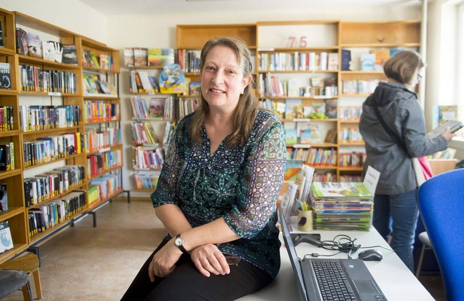 Nicole Schneider in der Gemeindebibliothek der Gemeinde St. Josef