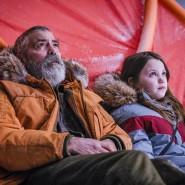 """George Clooney und Caoilinn Springall  in einer Szene aus """"The Midnight Sky.""""."""