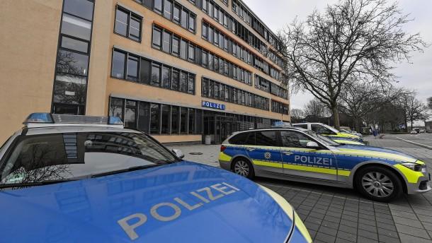 Angreifer ging mit Messer und Knüppel auf Polizisten los