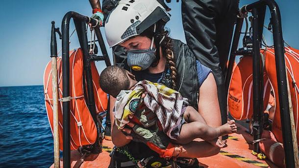 Hafen für 555 aus Seenot gerettete Flüchtlinge gesucht