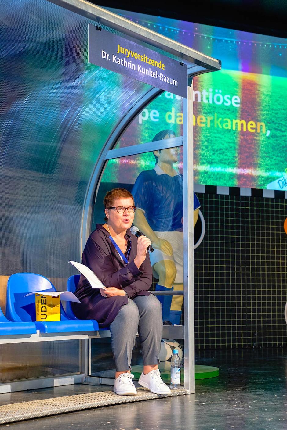 Wachsamer Blick: Duden-Chefredakteurin Dr. Kathrin Kunkel-Razum. Die Auflösung des Diktats gibt es im nächsten Bild...