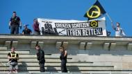"""Protest gegen Asylpolitik auf dem Brandenburger Tor: die neurechte """"Identitäre Bewegung"""""""