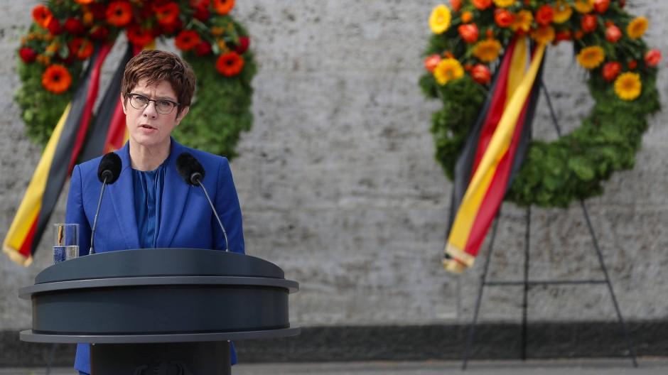 Kramp-Karrenbauer heizt Debatte um Dienstpflicht an