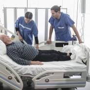 Simulant: Für die Kursteilnehmer mimt Schauspielerpatient Heinz Sendlbeck gekonnt einen Frischoperierten.