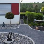 Seltsamer Trend:Hinter dem Haus von Familie Weber liegt ein Weinberg – und davor nichts als Steine.
