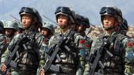 Soldaten der chinesischen Armee bei einem Militärmanöver in Balyktschy, Kirgisistan