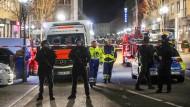 Die Polizei sperrt einen Tatort vor einem Restaurant im Zentrum Hanau ab.