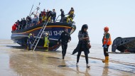 Menschen gehen von Bord eines Rettungsboots in Kent, nachdem sie in einem kleinen Boot im Ärmelkanal aufgegriffen worden waren.