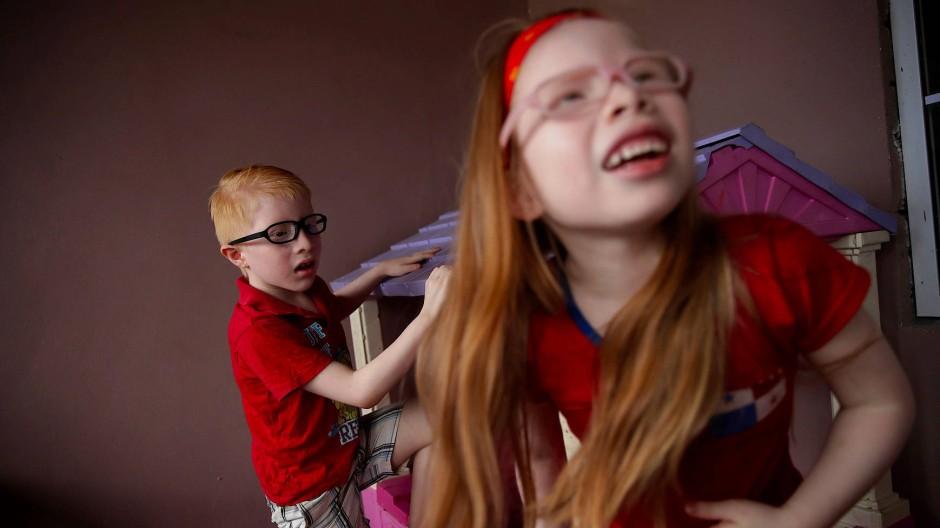 Der acht Jahre alte Dylan Morris (links) spielt zusammen mit seiner sechs Jahre alten Freundin Brenda Hawkins (rechts) in der Provinz Panama Oeste.