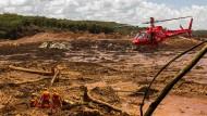 Feuerwehrleute bergen mit Hilfe eines Hubschraubers eine Leiche bei Brumadinho, Brasilien (Archivbild).