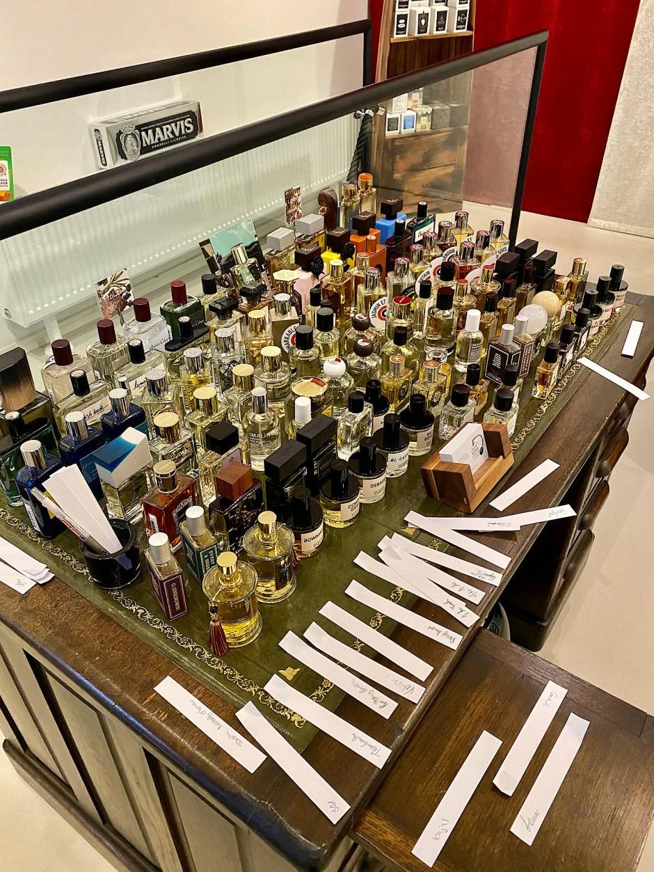 Die Auswahl in Dubbens Duftkunsthandlung in Köln hilft bei der Suche nach dem persönlichen Duft.