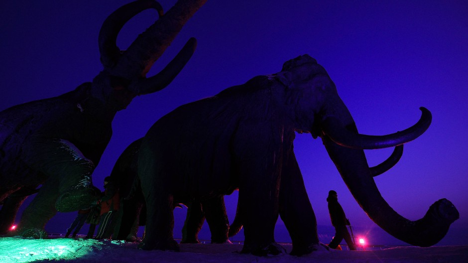 Bald wieder am Leben? Ein Mann vor einer Mammut-Statue in Khanty-Mansiysk.