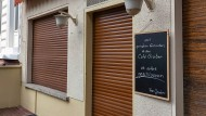 """""""Das war unser Wohnzimmer"""": Die Rollos am Café Gruber im Frankfurter Westend bleiben unten - für immer."""