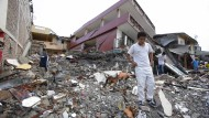 Kampf gegen die Hoffnungslosigkeit: Nach dem schweren Erdbeben in Ecuador sind mindestens 233 Menschen gestorben, viele werden immer noch vermisst.