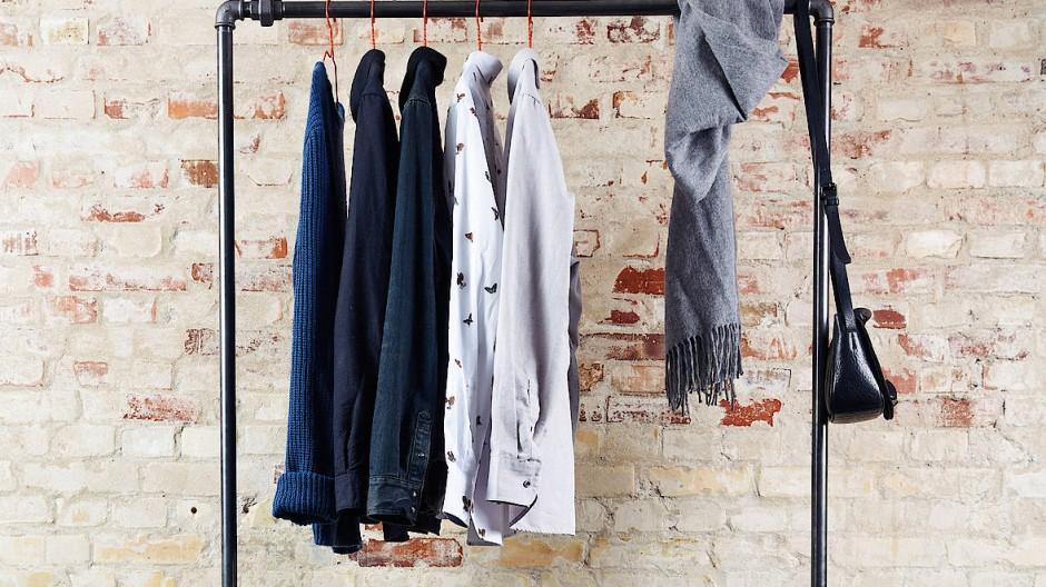 """In der """"Capsule Wardrobe"""" finden zeitlose Basics Platz, die sich alle miteinander kombinieren lassen."""