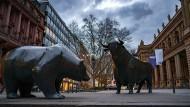 Beliebtes Symbol für den Aktienhandel: Bulle und Bär auf dem Börsenplatz in Frankfurt