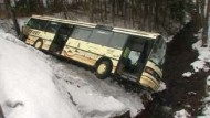 Schulbus stürzt in Flussbett - vier Schwerverletzte