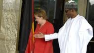 Angela Merkel und der President Mohammadu Buhari in Abuja.