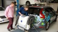 Forsche Jugend: Markus Münz (links) und David Töpfer prüfen vor der Testfahrt das Abgasmessgerät.
