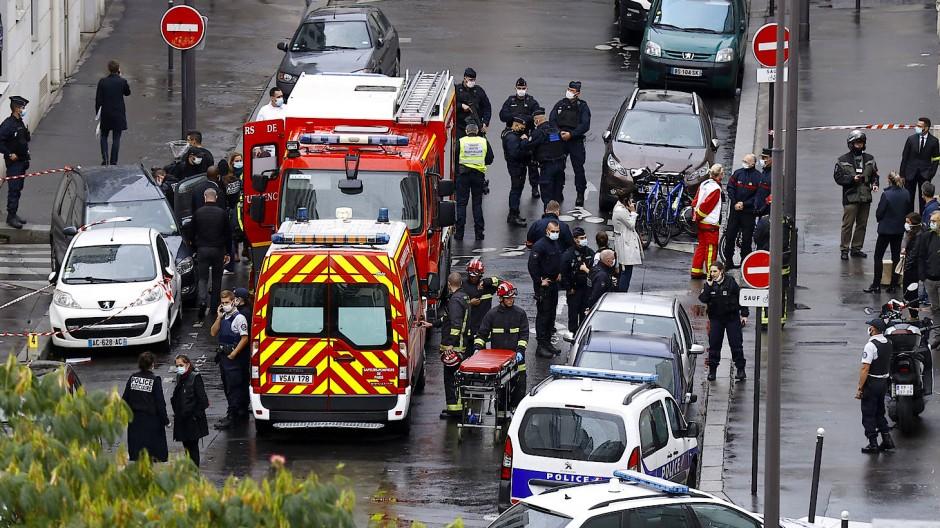 """Französische Sicherheitskräfte nach dem Messerangriff vor dem früheren Redaktionsgebäude der Satirezeitschrift """"Charlie Hebdo"""" in Paris"""