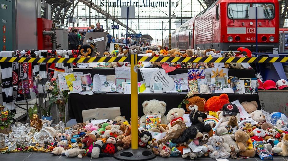 Toter Junge am Frankfurter Hauptbahnhof: Die AfD sorgt mit einer Diskussion um politischen Umgang mit Gewalttaten in Hessen für einen Eklat.