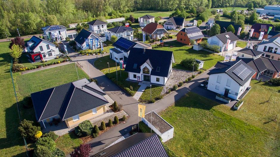 Blick auf einen Musterhauspark im Schkeuditzer Ortssteil Dölzig. Die Nachfrage nach Wohnraum ist gewaltig in Deutschland. Doch es fehlt an Bauland, die Bodenpreise sind hoch.