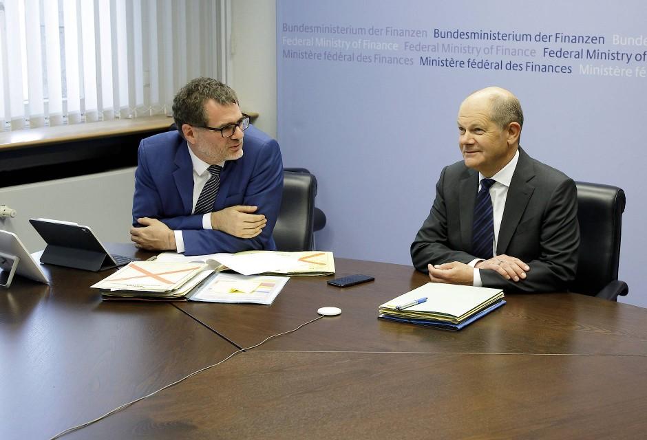 Der Staatssekretär und sein Minister: Wolfgang Schmidt und Olaf Scholz vor Beginn einer Videokonferenz im April 2020