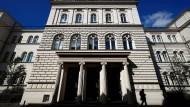 Vor dem Landgericht in Bonn müssen sich zwei frühere Börsenhändler gegen den Vorwurf der schweren Steuerhinterziehung verteidigen.