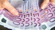 Wenn ein 18-Jähriger beim Notar mit einer großen Bargeldsumme auftaucht, dann könnte die Finanzbehörde auch einmal von sich aus tätig werden.
