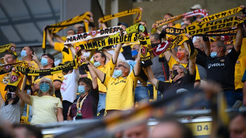 Rekordzahl: Mehr als 10.000 Fans haben die Partie zwischen Dresden und Hamburg im Stadion verfolgt.