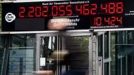 Die Schuldenuhr am Gebäude des Bundes der Steuerzahler in Berlin im Oktober