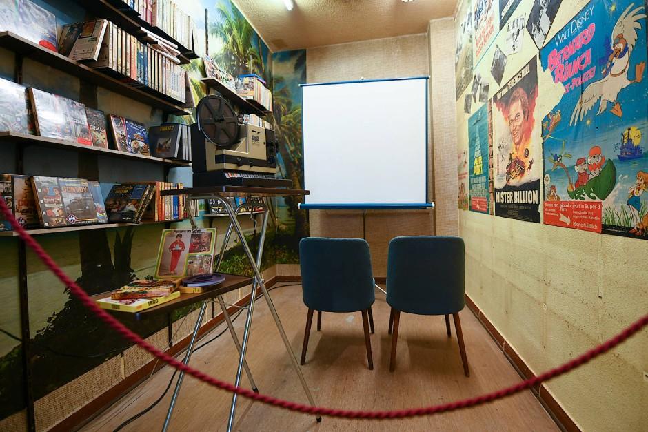 Blick in einen kleinen Vorführraum des Film-Shops.