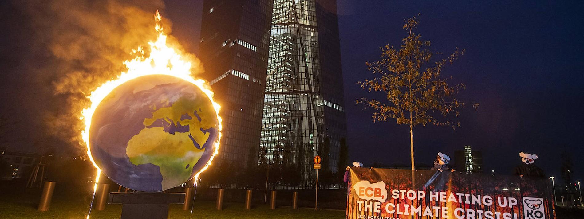 Umweltschützer zünden Globus vor EZB an