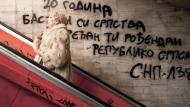Rolltreppe aufwärts - oder rückwärts? Ein nationalistischer Graffiti-Spruch ruft zur Einheit aller Serben auf, auch derjenigen, die in Bosnien leben.