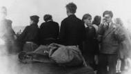 Karl Lagerfeld (rechts) bei einem Klassenausflug auf der Kieler Förde 1948. Glaubt man der neu entdeckten Widmung, ging er in dem Jahr auch zur Konfirmation.