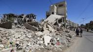 Ein Haus in der jemenitischen Hauptstadt Sanaa, das vor wenigen Tagen bei einem von Saudi-Arabien angeführten Luftschlag zerstört worden ist.