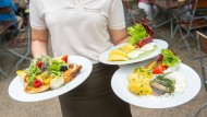 Das Brauhaus lädt ein: Kronenhofsalat, Grüne Sauce mit Landeiern und der Matjesteller Hausfrauenart.
