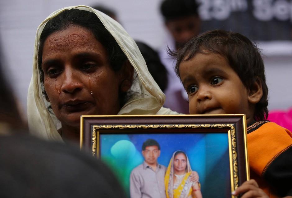 Rani und ihr kleiner Sohn trauern um ihren, bei einem Arbeitunfall umgekommen,  Ehemann und Vater.