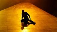 """""""Ihr wollt nur lieben, spielen, lachen"""": Brand (Heiko Raulin) wähnt die Welt auf schiefer Ebene."""
