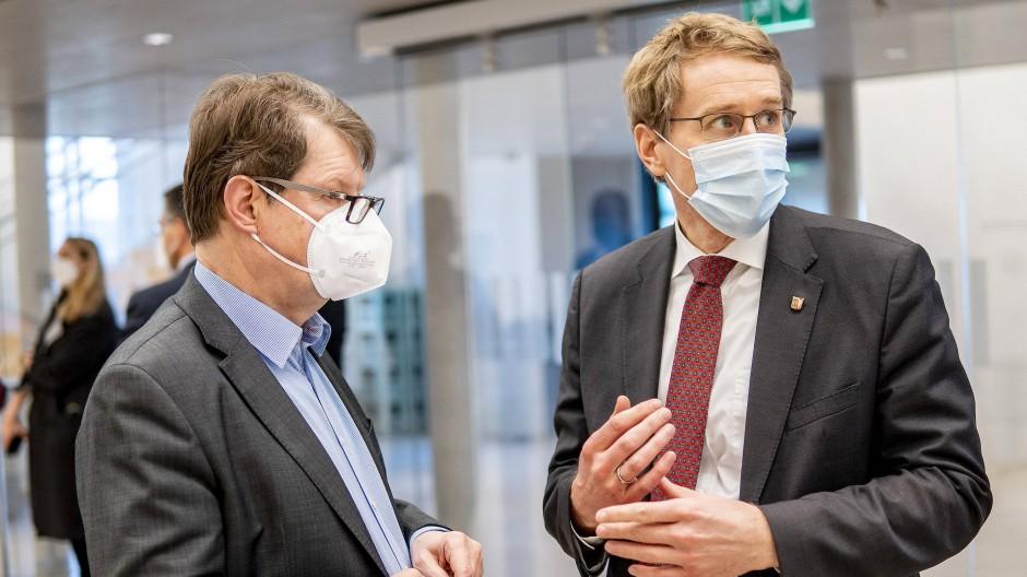 Ralf Stegner (SPD, links), Vorsitzender der SPD-Fraktion im schleswig-holsteinischen Landtag, und Daniel Günther (CDU), Ministerpräsident von Schleswig-Holstein, sprechen am Mittwoch im Foyer des Landtags miteinander.