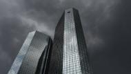 Dunkle Wolken über der Deutschen Bank: Steuert das Geldinstitut auf eine Krise zu?