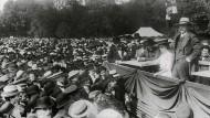 Kundgebung gegen das Dreiklassenwahlrecht, Berlin 1912. Wilhelm II. kündigte 1917 an, das gleiche Wahlrecht in Preußen einzuführen.